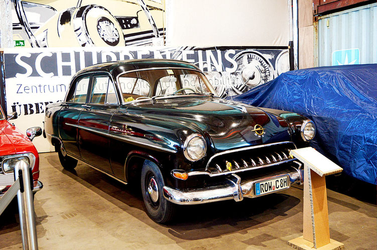 Bremen - Oldtimer im Schuppen Eins 3 - Opel Kapitän - von 1954