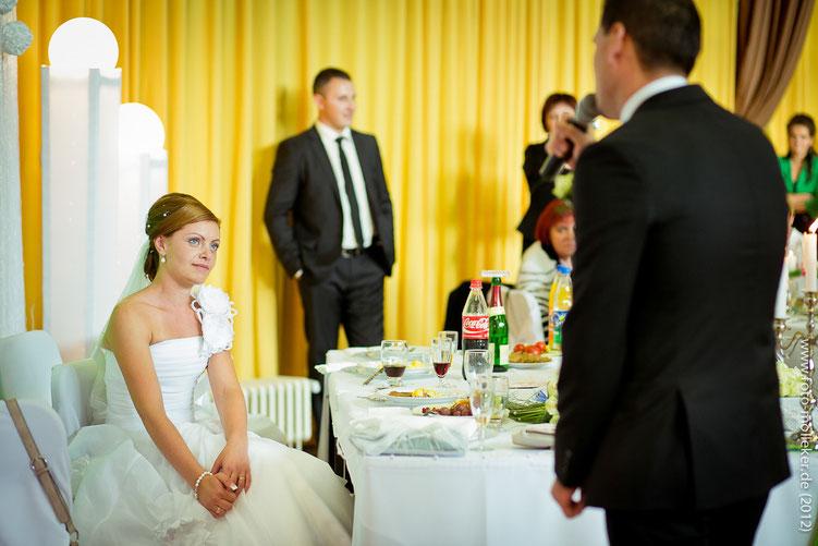 Russische Hochzeit in Aachen, der Bräutigam singt ein Lied für die Braut