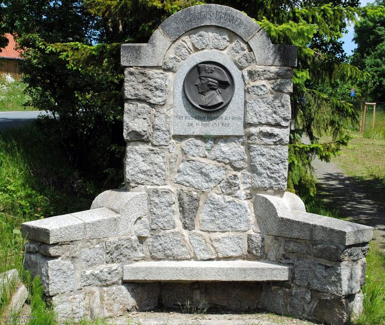 Der Friedrichs-Brunnen zur Erinnerung an Friedrich den Großen - Namensgeber des Dorfes