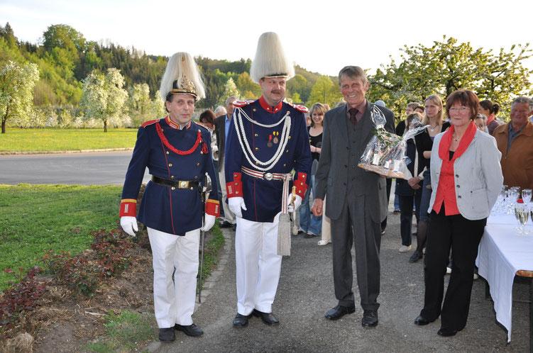 Max Sauter feiert seinen 60. Geburtstag mit Bürgerwehr und Spielmannszug