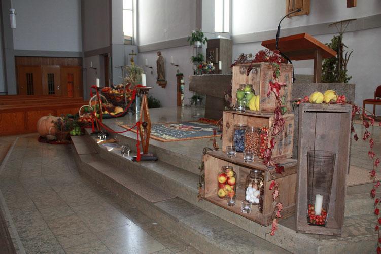 Wunderschön geschmückte Kirche beim Erntedankfest