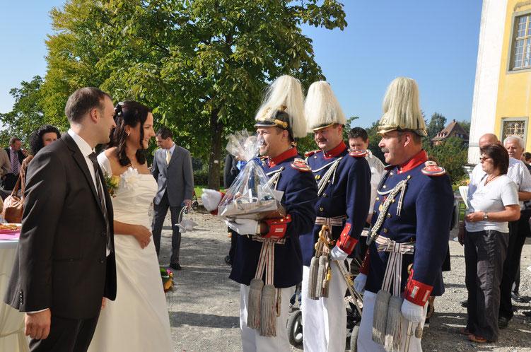 Schellenbaumträger Boris Braig heiratet seine Steffanie und Bürgerwehr und Spielmannszug gratulieren