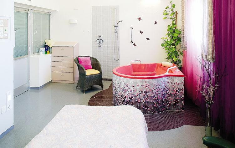 Gebärbadewanne im Kreissaal der Geburtshilfe im Krankenhaus Hietzing