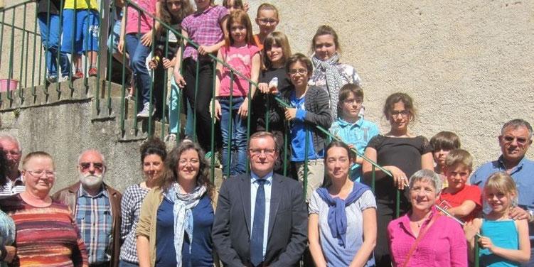 Le député, Germinal Peiro, entouré des élus et des enseignantes, est venu encourager les écoliers