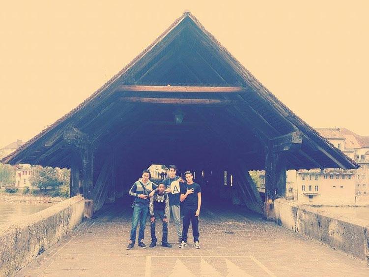 Eine Gruppe vor der Holzbrücke in Olten.