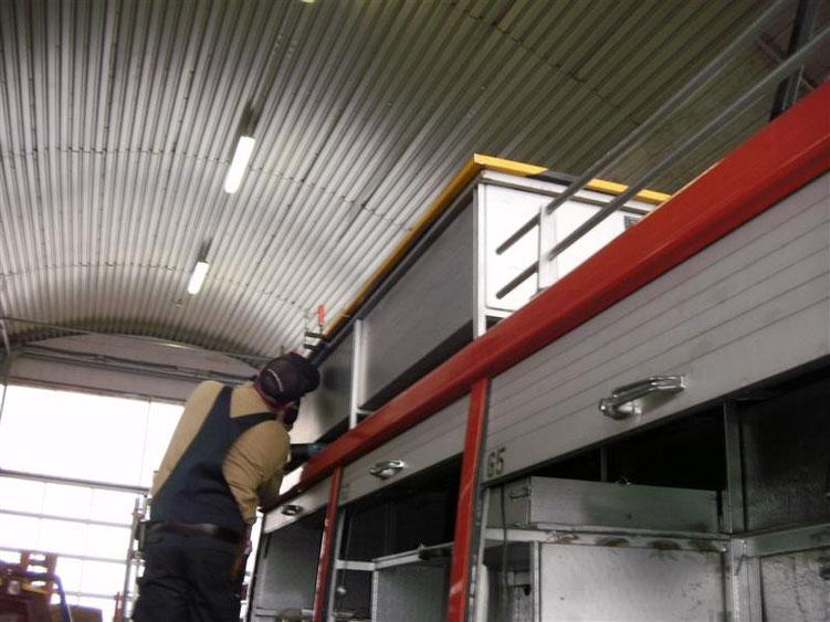 Ein stabiler Deckel wurde an der Dachbox angebracht.