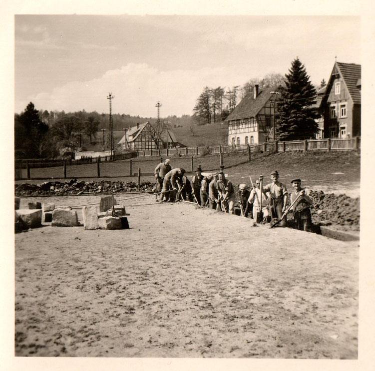 Gemeinderat beim Fundament ausheben, Mai 1950/Sammlung Arne Behre