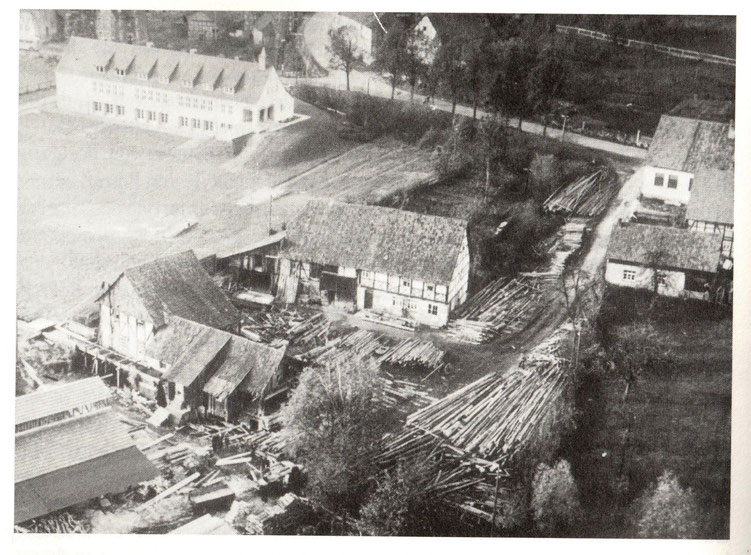 Schulneubau 1952, Vordergrund Sägewerk Albrecht/aus Chronik der Gemeinde Ebergötzen