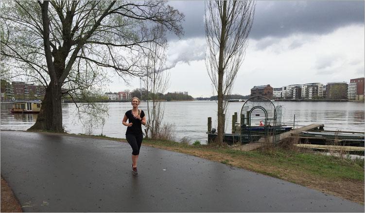 Der Rummelsburger See: Eine Spreebucht in Berlin mit den angrenzenden Bezirken Friedrichshain-Kreuzberg und Lichtenberg.