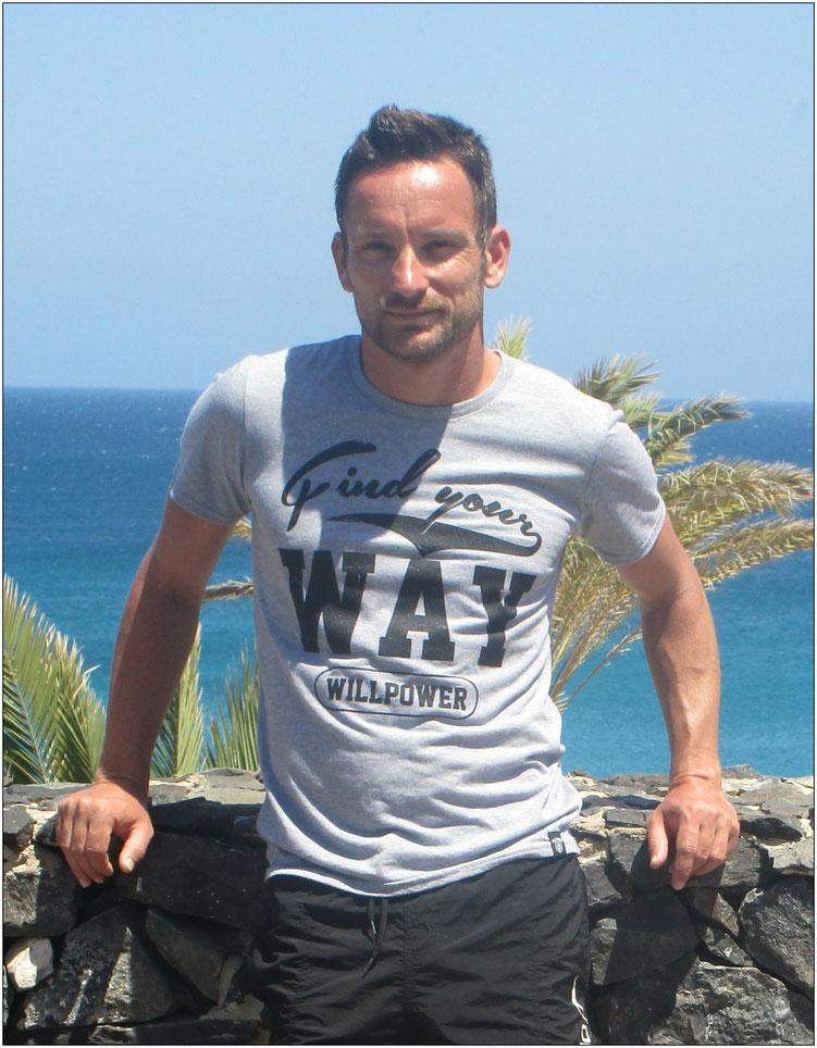 Das leichte Kombi-T-Shirt fühlt sich angenehm weich an und vermittelt durch den Aufdruck eine klare Botschaft.