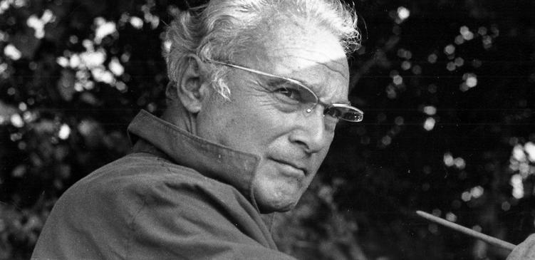 Portrait en noir et blanc du peintre le pinceau à la main et le regard intensément braqué sur son sujtet