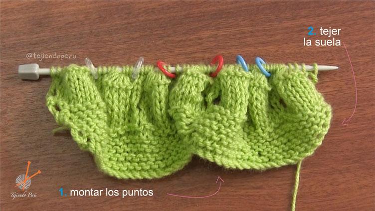 Zapatitos con conchitas y tirante tejidos en dos agujas para bebés