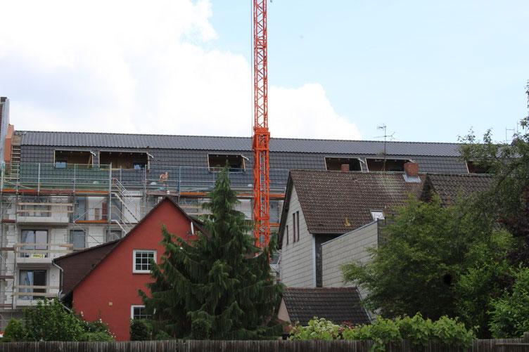 Juni 2016: Der Neubau ragt über die Nachbarhäuser.