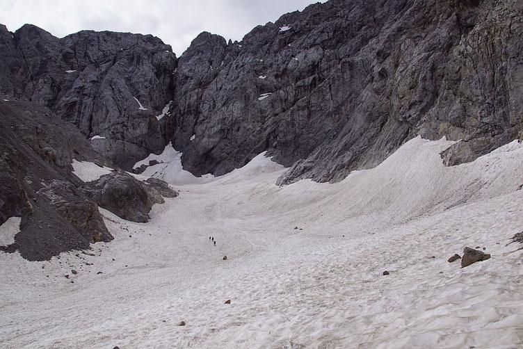 Blick durch den Trog der mit teils über 12m mit Schnee gefüllten Gletscherzunge hinauf zum Wandfuß