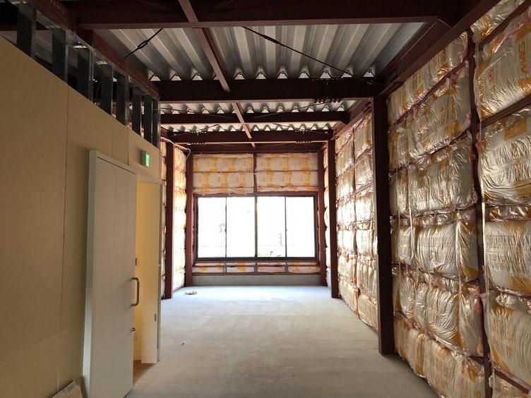 2階のスペース。用途かテナントが決まってから好きなように仕上げてもらおうということで、いろいろむき出しで竣工。