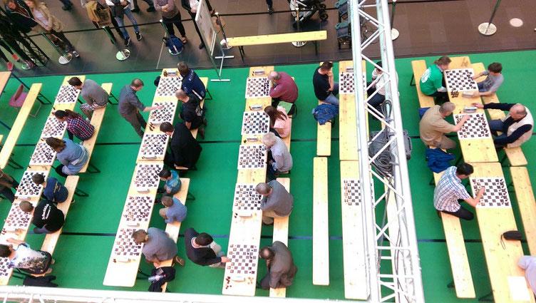 Schach im Centrum, Dresden, Melanie und Nikolas Lubbe, Blick auf die Teilnehmer