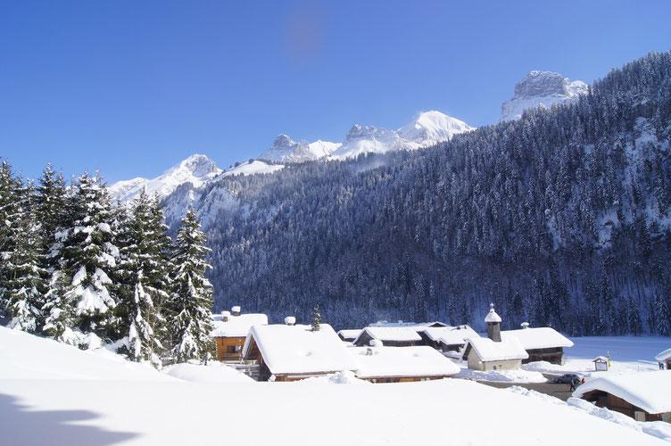 """Le hameau des """"Plans"""" au pied de la majestueuse Chaîne des Aravis"""