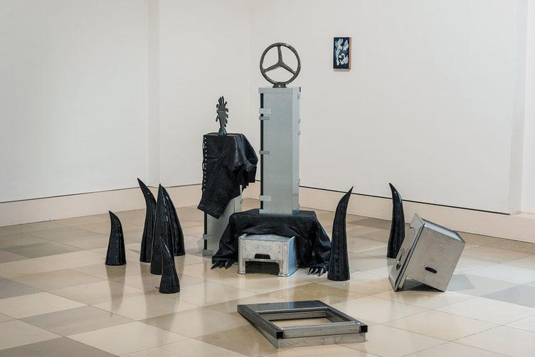 Judith Adelmann Sous les pavés, la plage 2020, glazed ceramic, leather, steel, Ready mades, 255 x 450 x 165 cm