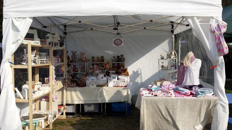 Joschibaeren stellt mit weißen Pavillon auf einem Kunsthandwerkermarkt aus