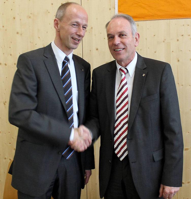 Übergabe: Armin Schwarz und Lutz Klein (Foto: Nicolai Ulbrich, HNA)