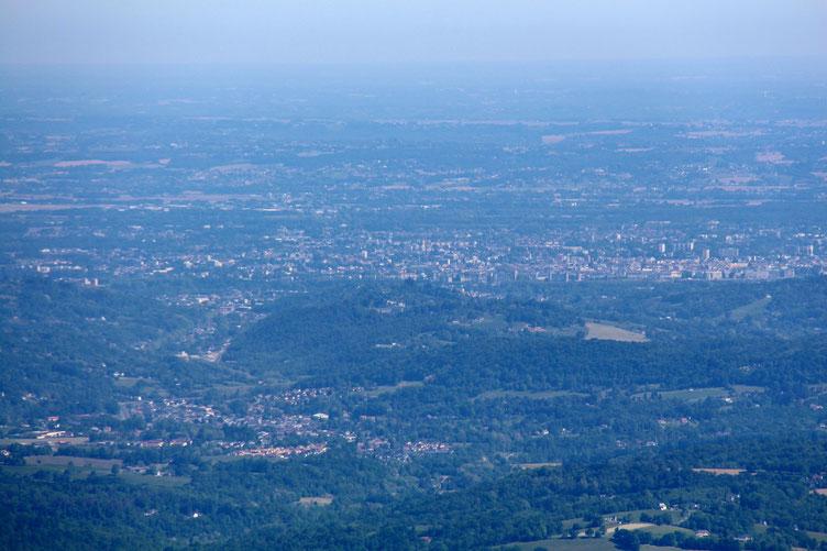 Au loin, Pau.
