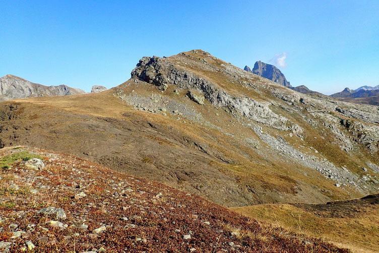En haut, belle vue sur le Gralleras. Mais je ne vois pas comment aborder cette barre rocheuse. Et plus on descend, plus ça penche...