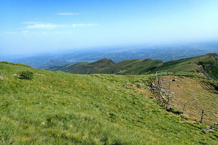 Reprise de la montée et vue sur la plaine. Au centre, sur la ligne de crête, le Cuq Crémail fait au printemps dernier.