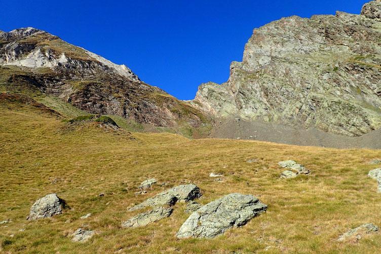 Derrière moi, la Hourquette de Bachebirou avec à droite le Pic de Létious (2595) et à gauche le Pic de Cumiadères (2622m).