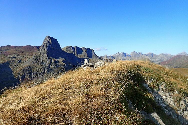 Arrivée au sommet. Avec vue sur le Pic d'Anayet.