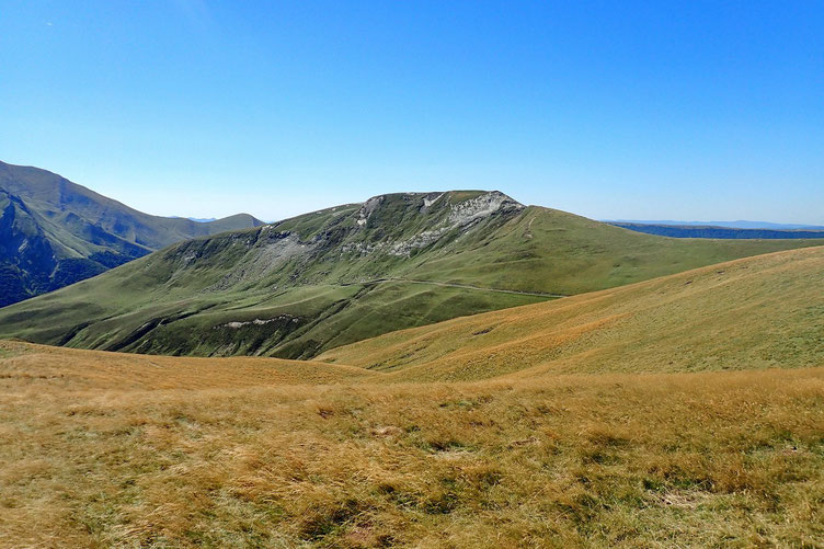 Je repars pour descendre sur le Col Leherra Mürkhüillako Lephoa. Avec devant moi le Pic de Bizkarze (1657m).
