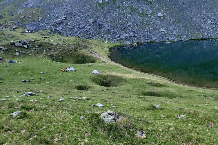 Quelques mètres plus haut, notre tente à côté de celle d'autres espagnols, beaucoup moins bruyants.