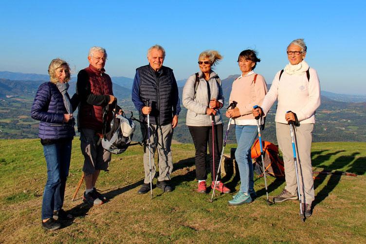 Cependant, il ne fait pas froid et le soleil est bien présent. De g. à d. : Madé, Norbert, Jean, Michèle, Christiane et Agnès.