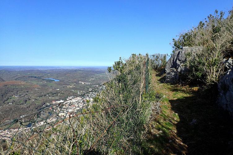 Le sommet n'est plus très loin. En bas, Lourdes.