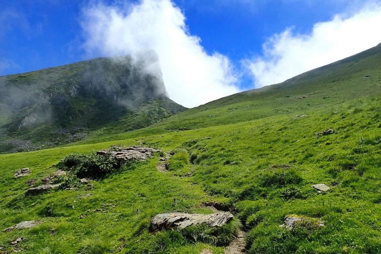 Le Col D'arbaze est en vue dominé par le Moustachou.
