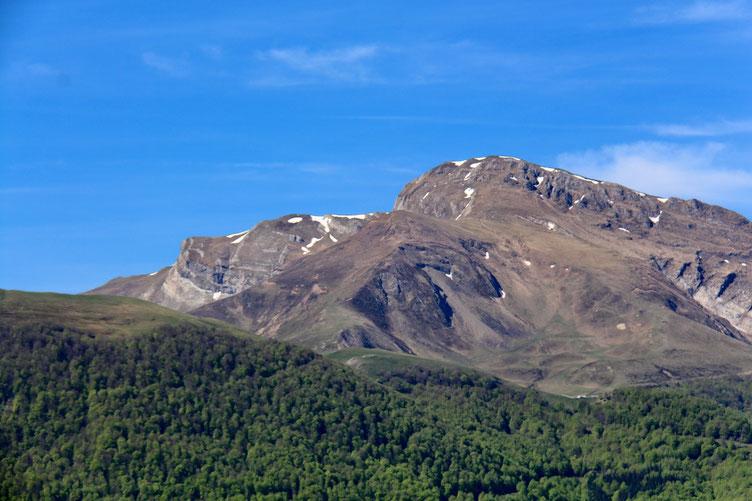 Zoom sur le Pic d'Orhy. Il y a encore quelques résidus de neige sur le versant Nord.