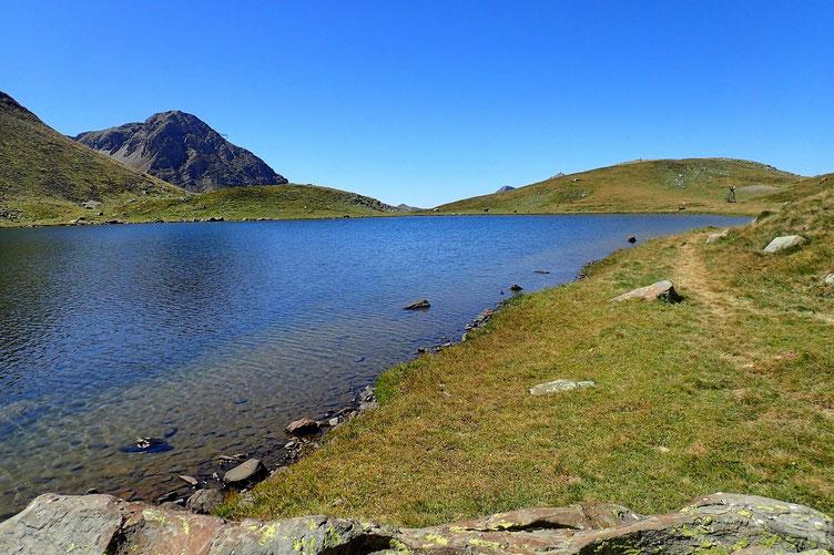 Après une bonne heure d'arrêt, reprise de la randonnée. Je vais contournéer le lac pour revenir par le Port de Boucharo.