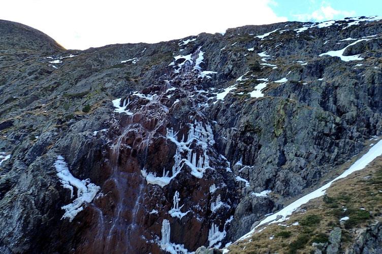La cascade est toujours gelée.