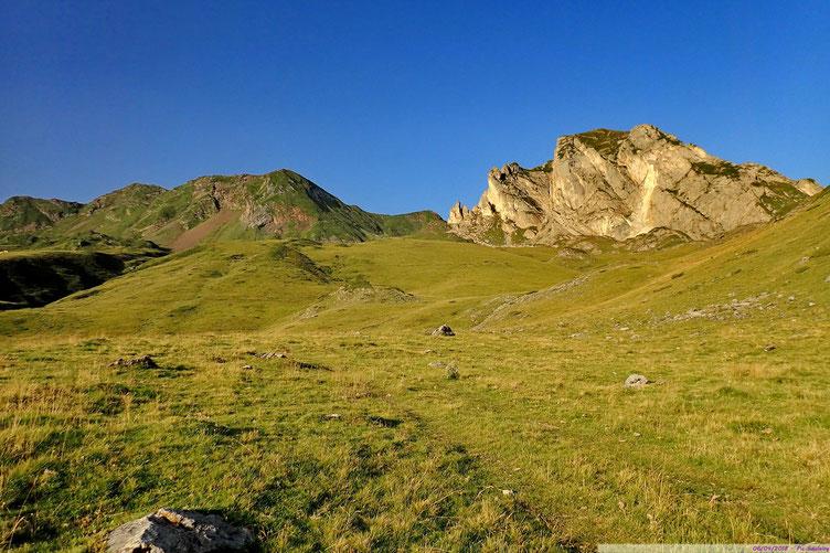Pas un randonneur à l'horizon... Au centre toujours, le Col de Pourteillou.