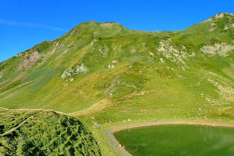 Et me voilà au Lac du Montagnon. J'étais déjà venu il y a quatre ans... mais je n'avais pas fait les deux sommets qui surplombent ce joli lac. En face, c'est le Pic de Mardas (2188 m).