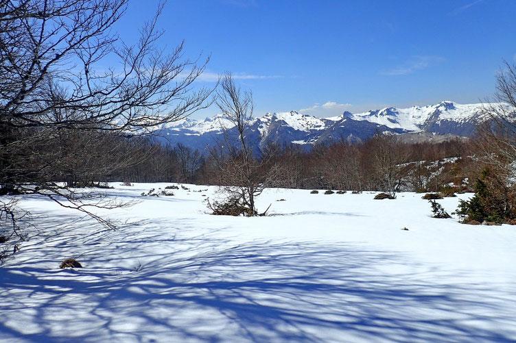 Zone assez plate, encore recouverte de neige.