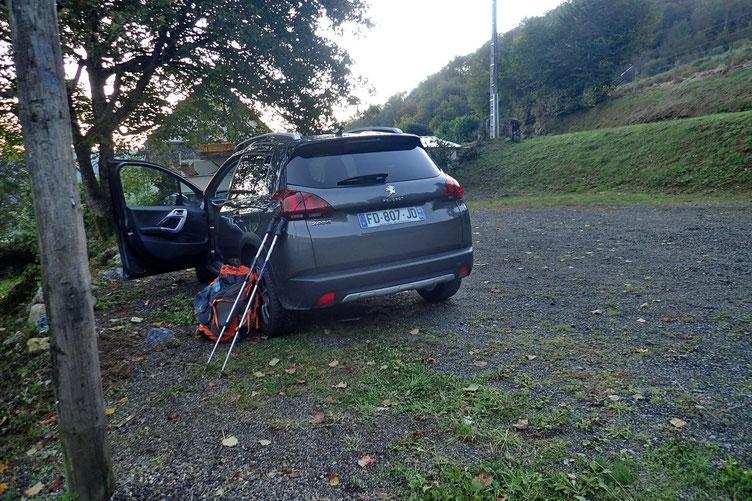 Parking dans le petit village d'Ousté.