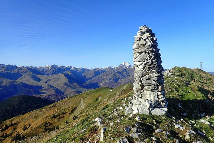 Mega cairn avec le Pic du Midi en fond.