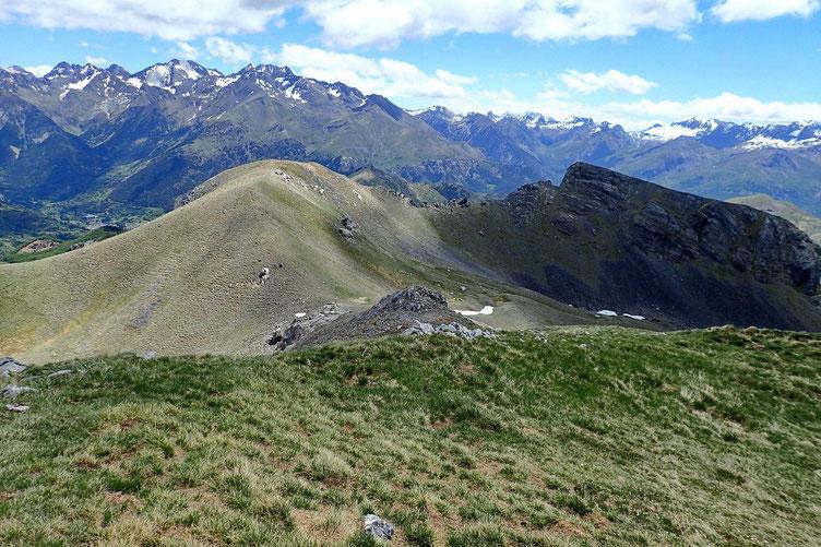 Petite descente vers le col sans nom (2209m).