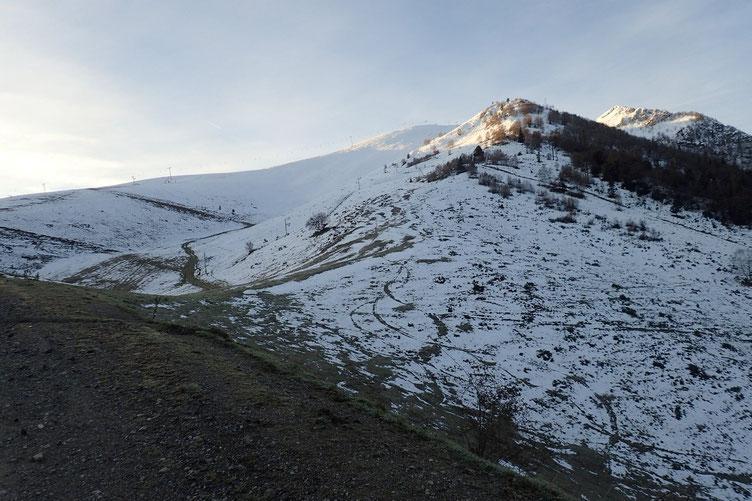 Première étape, monter jusqu'en haut de la station de Val Louron. A priori, pas besoin de chausser les raquettes pour le moment.