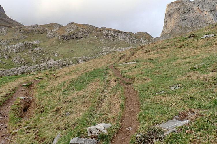 La pente se redresse, il faut passer au pied du Castérau.