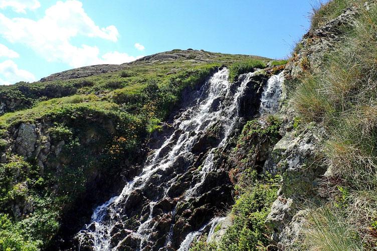 Cette descente se fait le long de la cascade qui se déverse dans le prochain lac : le Lac Roumassot.
