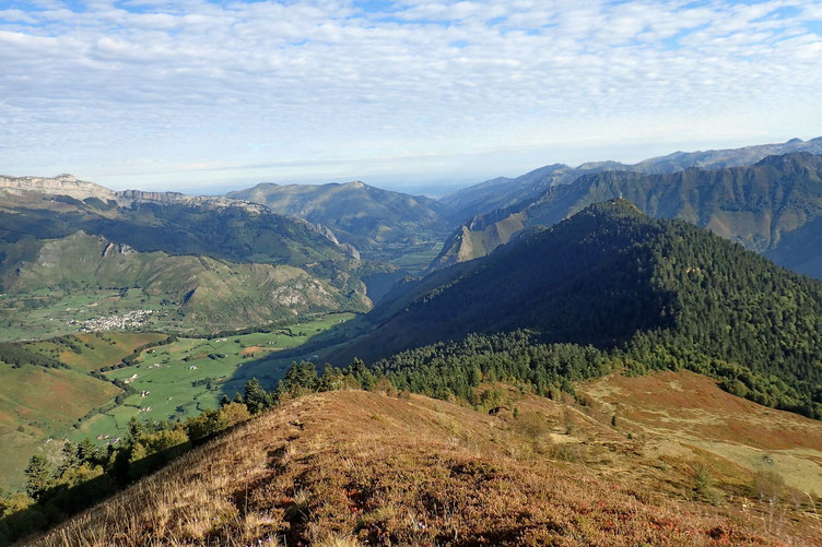 En bas, le plateau de Lhers et un peu plus loin, la Vallée d'Aspe.