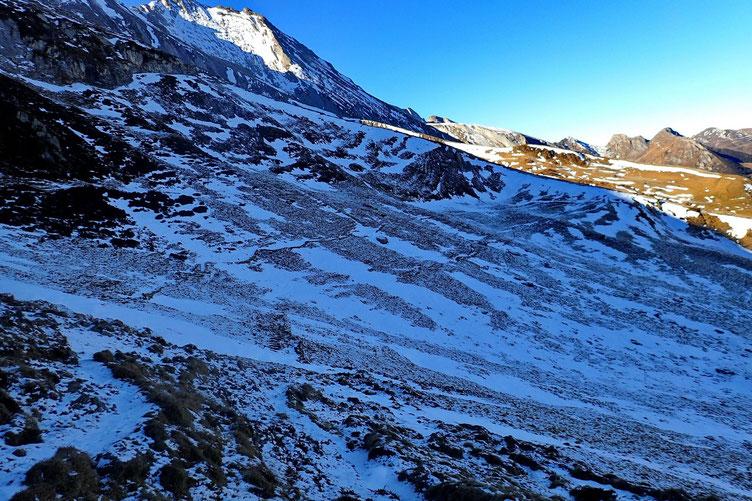Mais avant, il a fallu passer par cette petite combe, à l'ombre et avec de la neige de décembre verglacée. Crampons obligatoires!!!!