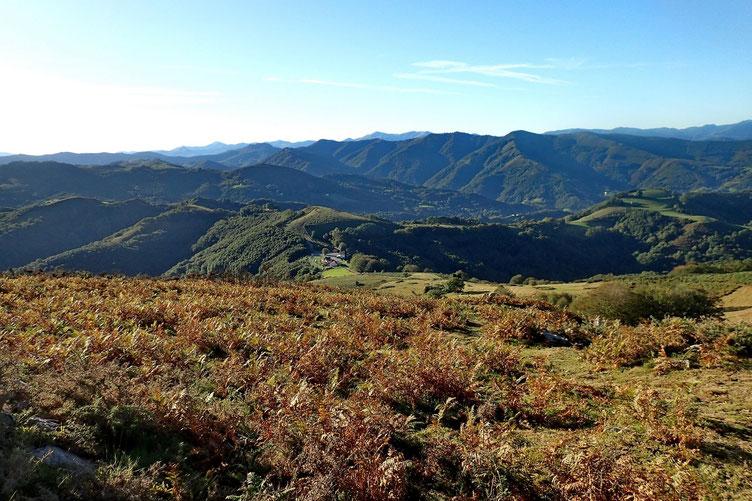 Le Col de Lizarrieta restera en vue tout au long de la randonnée.