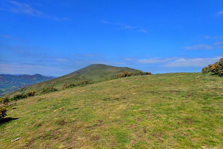 Arrivée à un premier sommet (Gaineko Ordokia - 602m), et vue sur le Mont Ursuya.